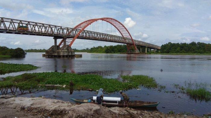 Wisata Kalteng, Kawasan Bawah Jembatan Kahayan Palangkaraya, Susur Sungai Naik Perahu Getek