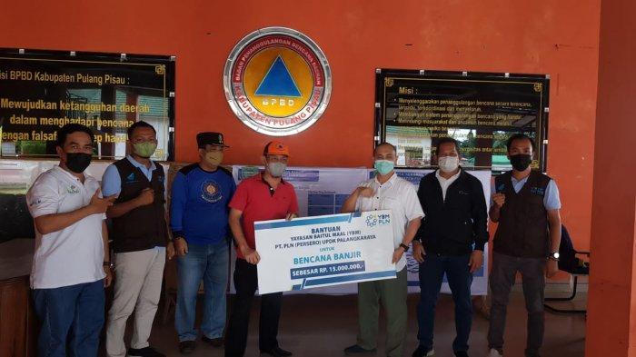YBM PLN UIKL Kalimantan bersama YBM PLN UPDK PALANGKARAYA menyerahkan bantuan paket sembako