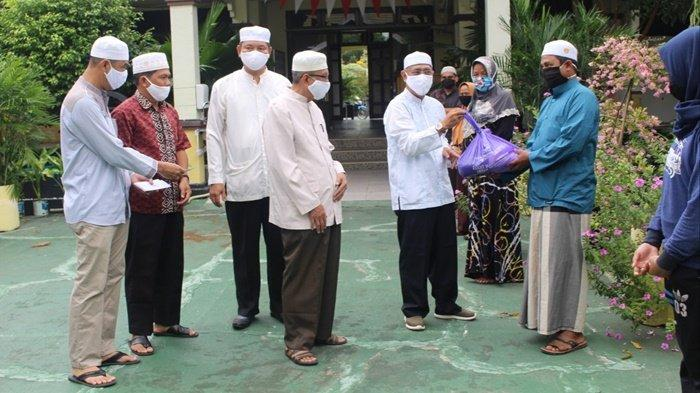 Kantor Kementerian Agama Kabupaten Kapuas saat menyalurkan zakat fitrah dan zakat maal yang sudah dikumpulkan melalui Unit Pengumpul Zakat Kantor Kemenag kapuas.