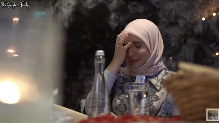 Tangis Zaskia Sungkar Gegara Perlakuan Irwansyah Jelang Ultah Pernikahan, Kakak Shireen: Tumben