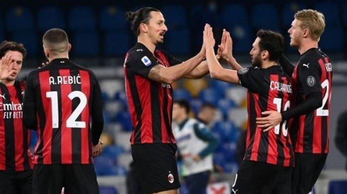 Zlatan Ibrahimovic berselebrasi seusai mencetak gol keduanya pada laga Napoli vs Milan di Stadion San Paolo, 22 November 2020. Milan menang dengan skor 2-1 atas Napoli pada pekan kedelapan Liga Italia.
