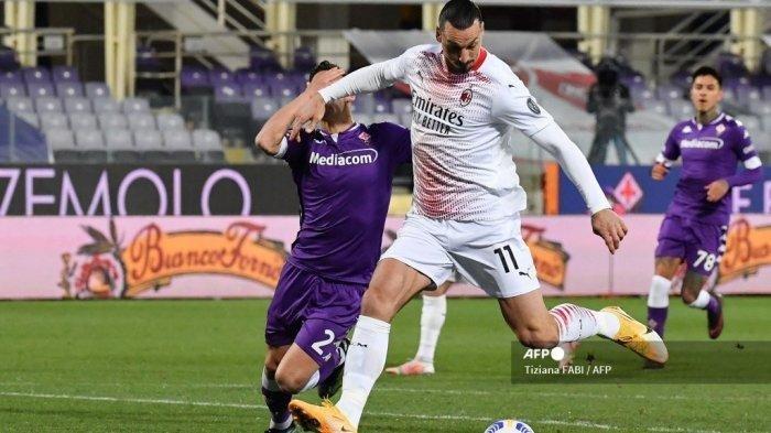 Penyerang AC Milan Zlatan Ibrahimovic berduel bek  Fiorentina Lucas Martinez Quarta saat pertandingan Liga Italia Serie A Fiorentina vs AC Milan pada 21 Maret 2021 di stadion Artemio-Franchi di Florence.