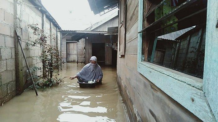 Banjir Kalsel Datang Lagi, Warga Satui Tanbu Ini Bertahan Walaupun Rumahnya Terendam