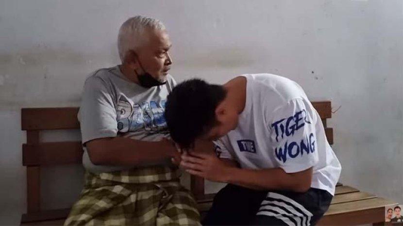 baim-wong-cium-tangan-kakek-suhud-ini-reaksi-johnny-wong.jpg