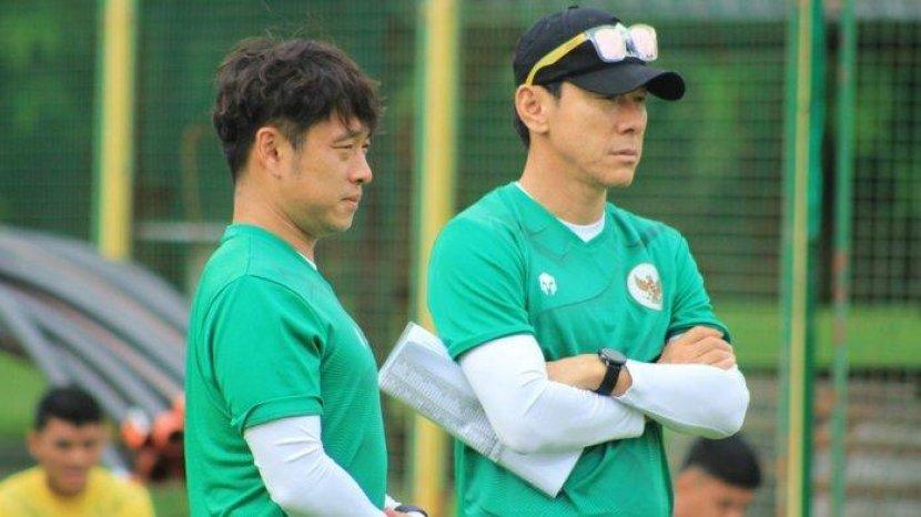 shin-tae-yong-didampingi-penerjemahnya-jeje-saat-memimpin-latihan-di-kroasia.jpg