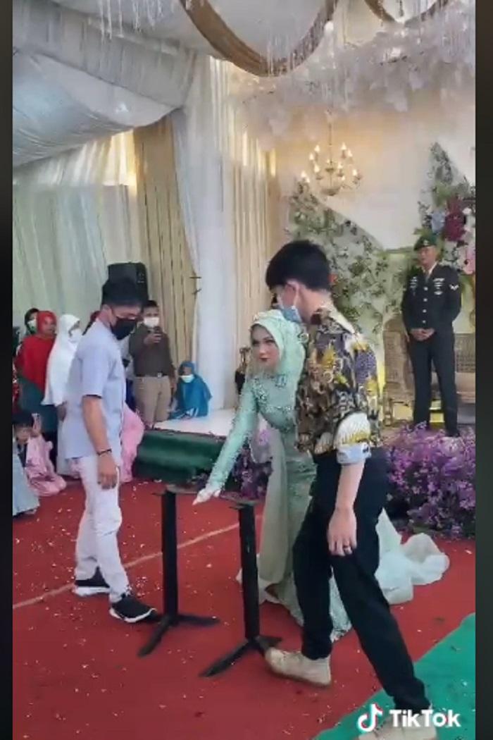 Aksi pengantin wanita patahkan besi pakai tangan viral di medsos.