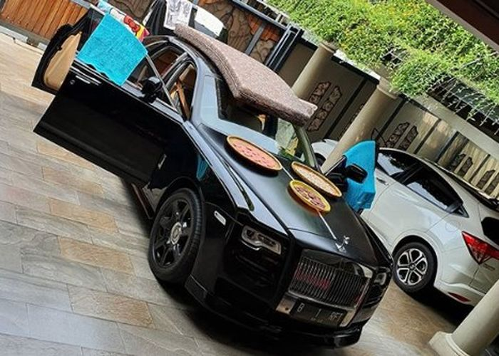 Aktor Raffi Ahmad memiliki mobil mewah Rolls Royce Ghost Series I AT keluaran 2011, untuk jemur rangginang