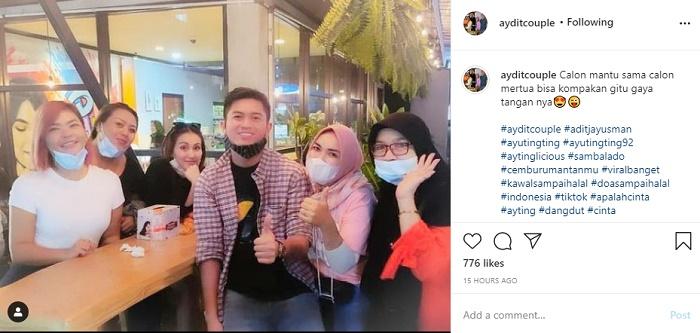yu Ting Ting, Adit Jayusman dan Umi Kalsum serta pengunjung kafe