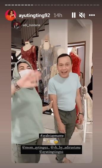 Ayu Ting Ting Fitting baju di Butik Gaun Pengantin