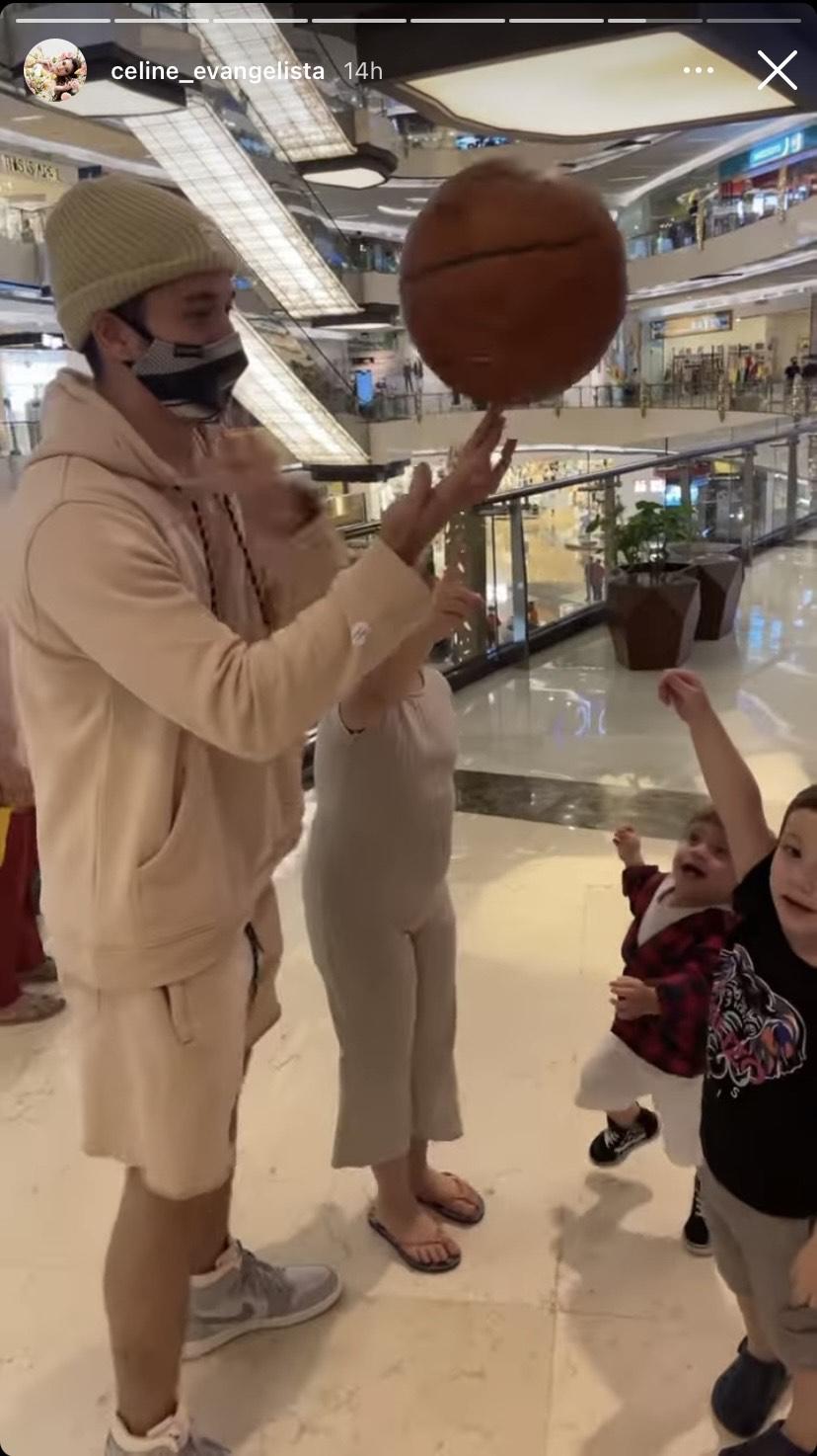 Celine Evangelista rekam Stefan William sedang bermain bersama anak-anak