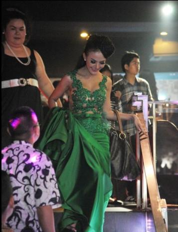 Cynthiara Alona saat menjadi model dan mengenakan gaun berwarna hijau