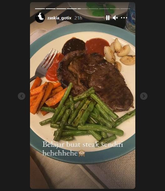 Zaskia Gotik masak steak