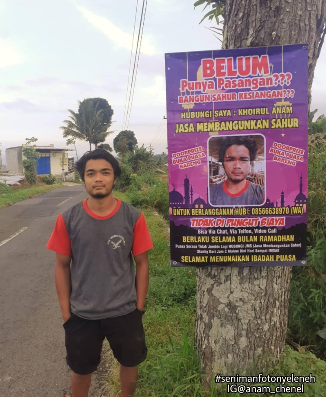 Khoirul Anam atau akrab disapa Anam di samping poster promosi jasa membangunkan sahur miliknya, Senin (12/4/2012).