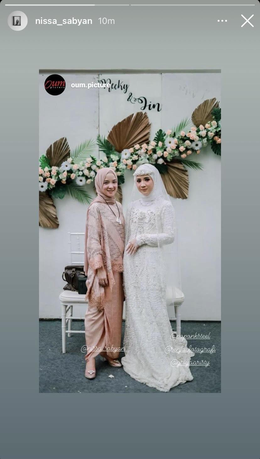 Nissa Sabyan merepost postingan akun IG @oum.picture, lawan Ayus Sabyan menghadiri pernikahan pasangan Recky & Iin menjadi sorotan.