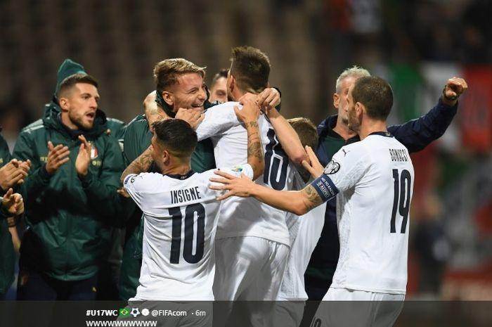 Para pemain inti dan pemain cadangan timnas Italia merayakan gol yang dicetak oleh Francesco Acerbi ke gawang Bosnia-Herzegovina pada pertandingan ke-9 Grup J Kualifikasi Euro 2020, Jumat (15/11/2019).