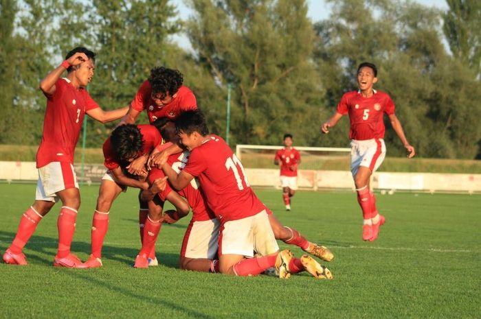 Pemain timnas U-19 Indonesia merayakan gol ke gawang Arab Saudi.