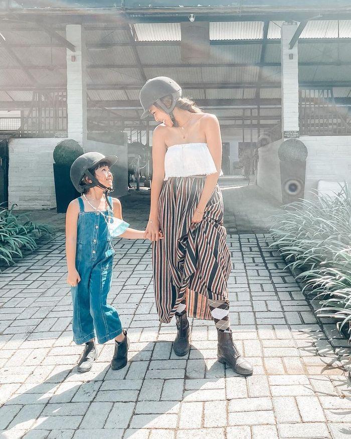 Penampilan Seksi Gisel saat Berkuda Pakai Baju Kemben Tuai Kritikan Netizen