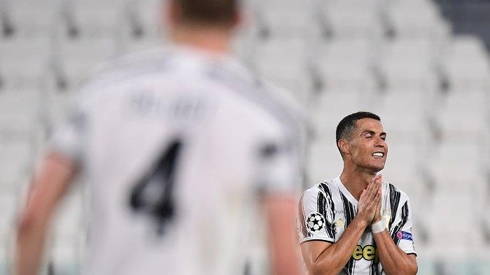 Penyerang Portugal Juventus Cristiano Ronaldo bereaksi selama pertandingan sepak bola leg kedua babak 16 besar Liga Champions UEFA antara Juventus dan Olympique Lyonnais (OL), yang dimainkan secara tertutup karena penyebaran infeksi COVID-19, yang disebabkan oleh virus corona baru, di stadion Juventus, di Turin, pada 7 Agustus 2020.