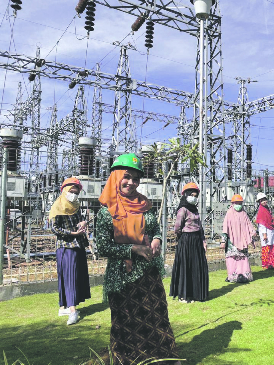 Perempuan di PT PLN (Persero) UPT Kalselteng memperingati hari Kartini dengan mengenakan kebaya.