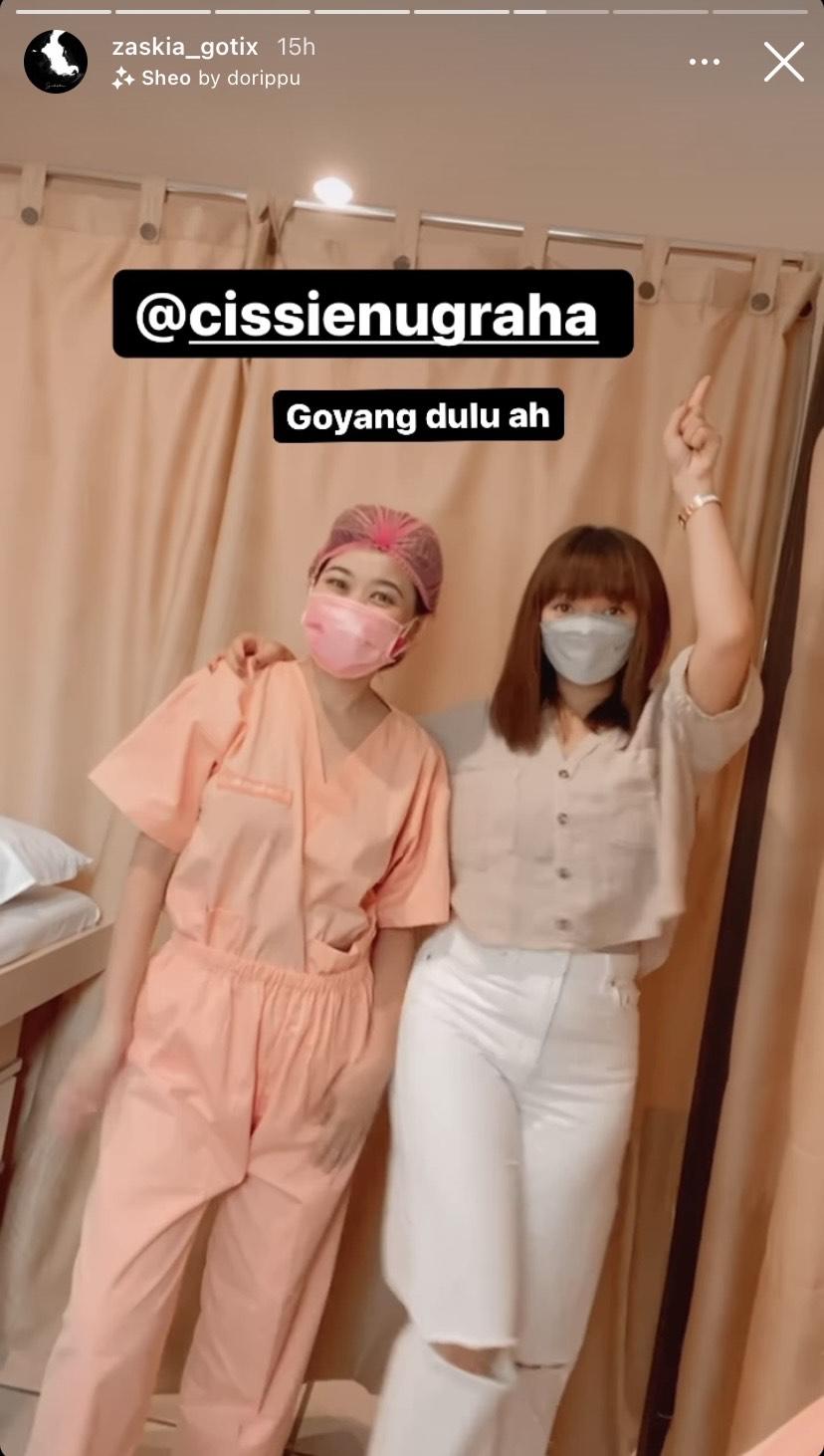 Zaskia Gotik dan Dokter Cissie Nugraha bergoyang saat istri Sirajuddin perawatan di klinik