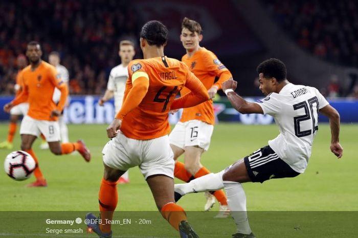 Striker timnas Jerman, Serge Gnabry, mencetak gol ke gawang timnas Belanda dalam laga Grup C Kualifikasi Piala Eropa 2020 di Stadion Cruijff ArenA, Minggu (24/3/2019).