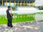 20190806-man-hidayat-kolam-renang-sebelimbingan-kotabaru-warnanya-hijau-tak-layak-digunakan_1.jpg