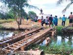 20210717_tab_masyarakat-petani-di-desa-ringgiran-darat-membuat-jembatan-darurat.jpg