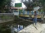 Pembersih-sungai-di-sepanjang-jalan-A-Yani.jpg