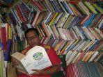 adwin-tista-asyik-membaca-buku-di-kamar-tidurnya-yang-penuh-buku-bacaan_20170826_194108.jpg