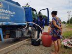 air-bersih-petugas-pdam-mendistribusikan-air-bersih-kepad-warga-kurau-jumat-22_1.jpg
