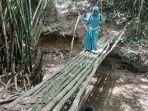 air-terjun-andakian-melewati-jembatan-bambu.jpg