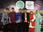 akhmad-busyairi-memegang-trofi-juara-kedua-mtq-antarbangsa-asean-di-jakarta_20180603_193023.jpg