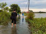 akses-jalan-warga-desa-munggu-raya-astambul-tergenang-banjir.jpg