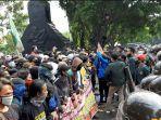 aksi-demo-omnibus-law-di-depan-kantor-gubernur-jateng-rabu-7102020.jpg