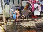 aksi-memberi-makanan-kepada-kucing-terdampak-banjir-di-sungai-andai-banjarmasin-24012021.jpg