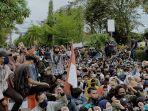 aksi-unjukrasa-mahasiswa-dan-buruh-di-kotim.jpg