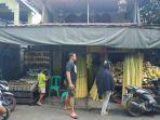 alam-28-anak-dari-hj-iwar-melayani-pembeli-yang-sedang-memesan-ketupat.jpg