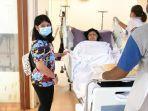almira-yudhoyono-mengantar-ani-yudhoyono-menuju-kamar-perawatan.jpg