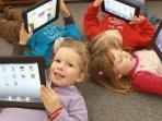 anak-anak-memakai-teknologi-layar-sentuh-pada-tablet-merek-apple-ipad_20160111_135557.jpg