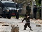 anak-lempari-tentara-israel_20150418_213104.jpg
