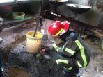 anggota-damkar-kabupaten-banjar-menyiapkan-dapur-umum.jpg