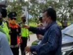 anggota-dprd-ntb-najamuddin-moestafa-berdebat-dengan-petugas-penyekatan.jpg