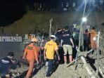 anggota-tim-sar-bpbd-basarnas-dan-warga-melakukan-pencarian-korban.jpg