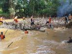 angkat-sampah-dari-sungai-barabai-di-desa-pajukungan-kabupaten-hst-15052021.jpg