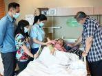 ani-yudhoyono-didampingi-keluarga-usai-menjalani-tes-sumsum-tulang-belakang.jpg