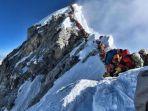 antrean-padat-pendaki-gunung-di-sebuah-area-yang-dikenal.jpg