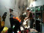 api-membakar-bagian-dalam-dinding-gedung-di-jalan-sultan-adam-banjarmasin.jpg