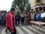 atlet-dan-pengurus-koni-kotabaru-saat-melakukan-demo-damai-di-kantor-pemkab-kotabaru_20170911_105959.jpg