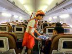 awak-kabin-garuda-indonesia-melayani-penumpang-pesawat-dalam-penerbangan.jpg