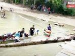 bangun-jembatan-darurat-untuk-ke-9-kali-dibantu-babinsa-di-desa-alat-kabupaten-hst.jpg